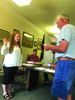 Mayor Bob Stump administers the oath of office to Emilie Sayler at the July 9 council meeting. Sayler fills a vacant council seat. (J. Taylor)